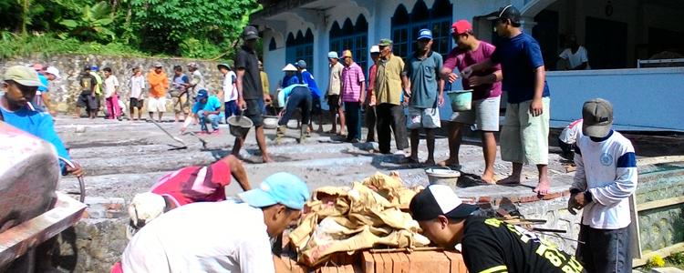 """Warga Tiga Dusun Kerja Bhakti """"ngecor"""" Halaman Masjid"""