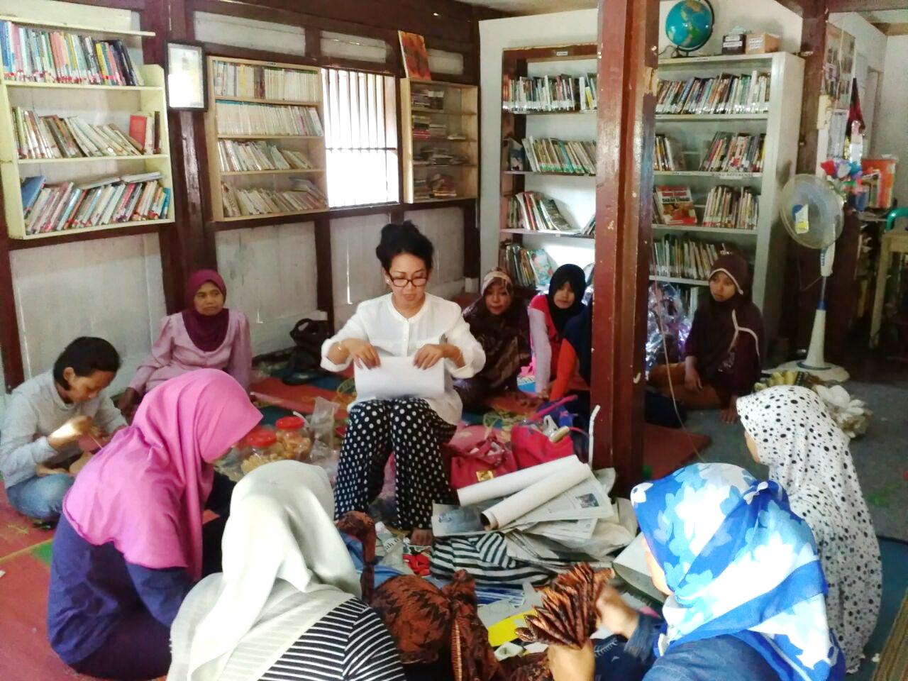 Remaja dan Ibu-Ibu Ikuti Pelatihan Daur Ulang Sampah