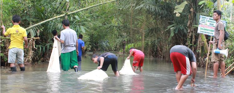 """Prihatin dengan Pencemaran Sungai, Pemuda Sambak Lakukan """"Aksi Jogo Kali"""""""