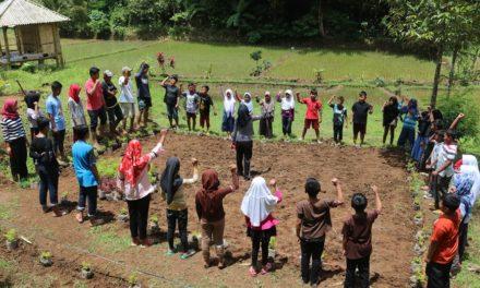 Mahasiswa UMM dan BUMDes Kartadesa Menggelar Aksi tanam Seribu Bunga di Embung Sambak