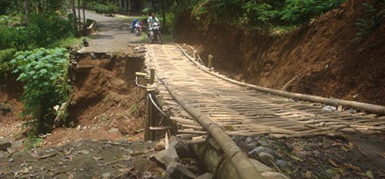 Jalan Penghubung Desa Sambak dan Bambusari Segera diperbaiki