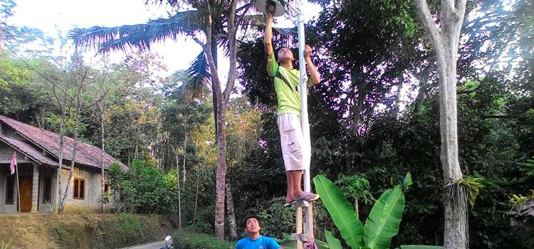 Pemuda dusun Jarakan Timur Swadaya membuat Penerangan Jalan