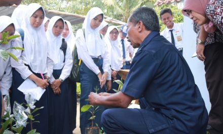 Siswa SMPN 6 Kota Magelang Sinau Bareng dengan Para Pelaku industri kecil di Desa Sambak