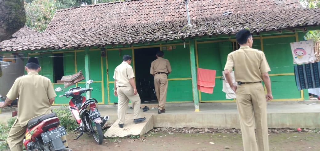 Kepala Desa bersama perangkat Desa Besuk Warga Sakit di RW 05